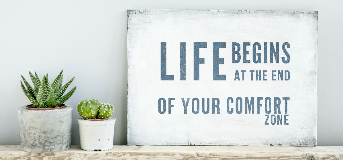 """Tafel mit Aufschrift """"life begins at the end of your comfort zone"""""""